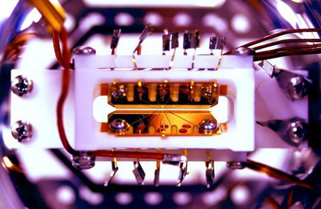 Máy tính lượng tử đầu tiên có thể lập trình và tái lập trình