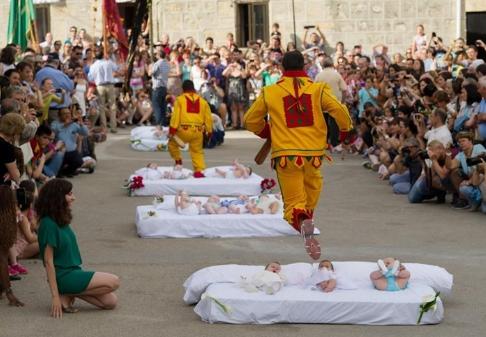 Nhảy qua em bé (Tây Ban Nha)